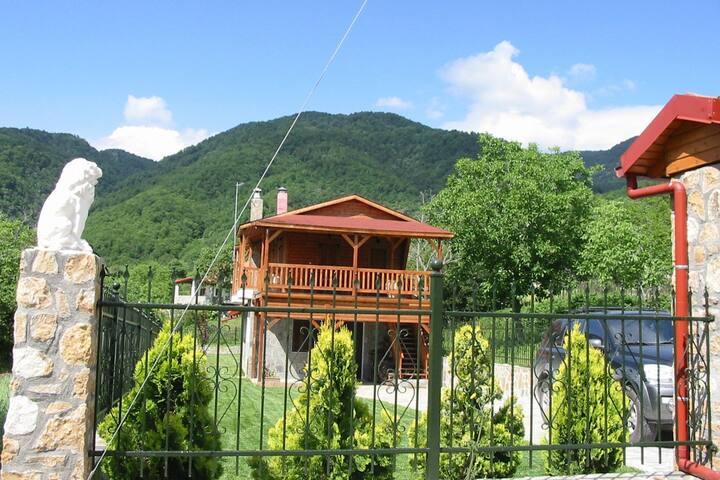 """Ξενώνας """"Το Πέτρινο"""" με κήπο και θέα στο Βουνό"""