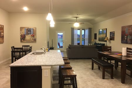 Lakefront Home (3BR/2B) in Katy (West Houston)