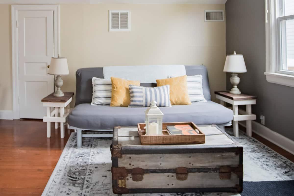 Escape to Mciver's Cozy Cottage Suite, Close to Downtown