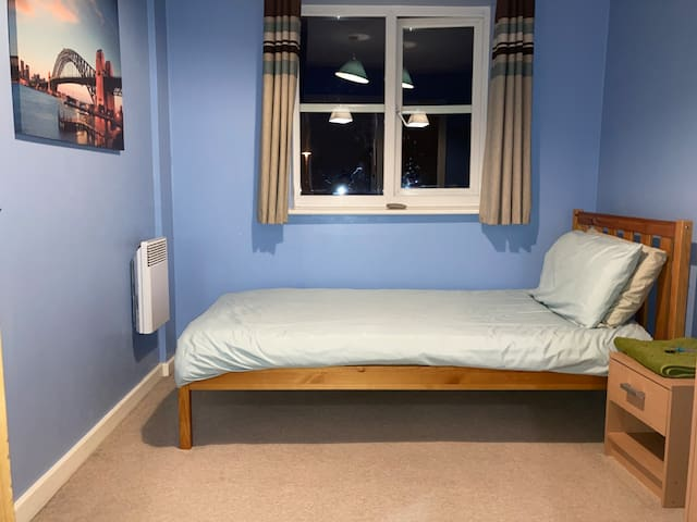 Compact room, 5 mins walk from Aylesbury centre