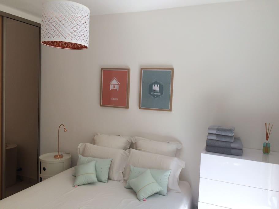 Chambre 1 avec lit de 160cm.