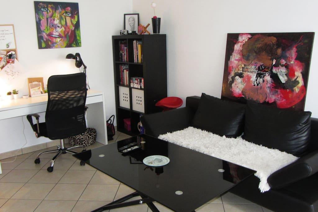 Salon + bureau, avec canapé convertible (2pers) + table à hauteur réglable