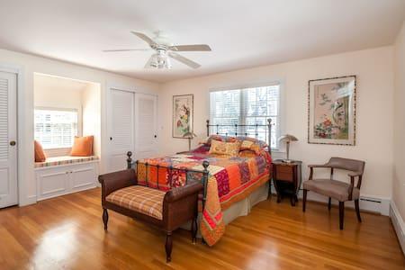Cozy Suite w/Queen bed in Lexington - Huis