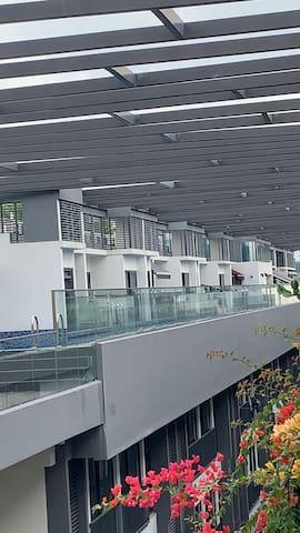 复式公寓超大飘窗,独立整层空间独立卫生间,交通便利1分钟巴士站,5分钟地铁站,十分钟到市区周边美食多