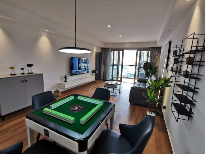 高端公寓,两室一厅,地暖,中央空调,智能马桶等一线品牌家具家电。周边有大型超市,足疗城,Ktv等便利