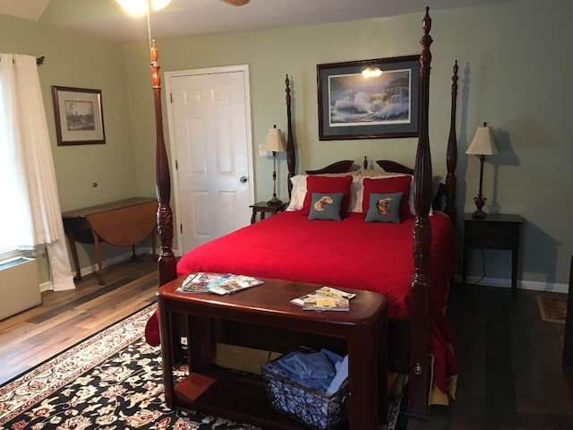 East Side Athens, near UGA (stadium), sleeps 5