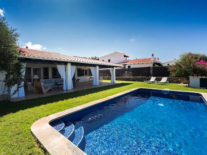 Beautiful villa with pool, next to the sea.