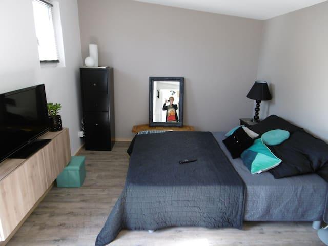 Studio neuf 35 m2-petit dej.-calme-jardin-parking