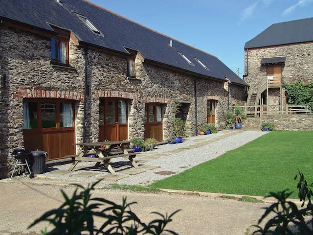 Mad Nelly Cottage  (UKC748)