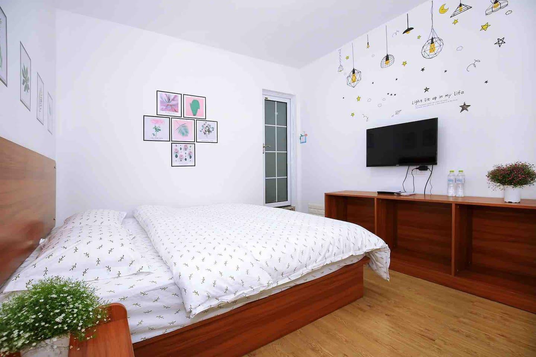 1.8的大床,床垫都是精挑细选出来的,对于床品的舒适度和卫生我们是非常严格的!给旅行路上的你一个舒适的空间
