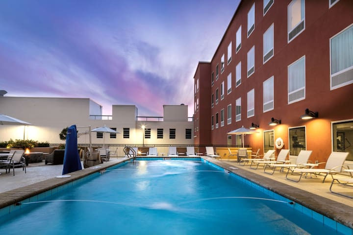 Free Breakfast. Outdoor Pool. Gym. King Suite. Great for Business Travelers!