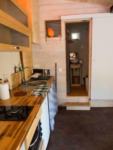 Espace cuisine et accès sde avec toilettes sèches. Cooking area and door to shower and (dry) toilet.
