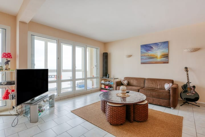 Beachfront Apartment in Grancamp-Maisy with Terrace