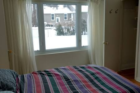 Simple Double Bed and a nice Room - Ottawa