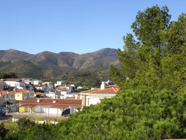 Pleasant apartment, spacious and well-appointed for 6/8 persons.LLançà