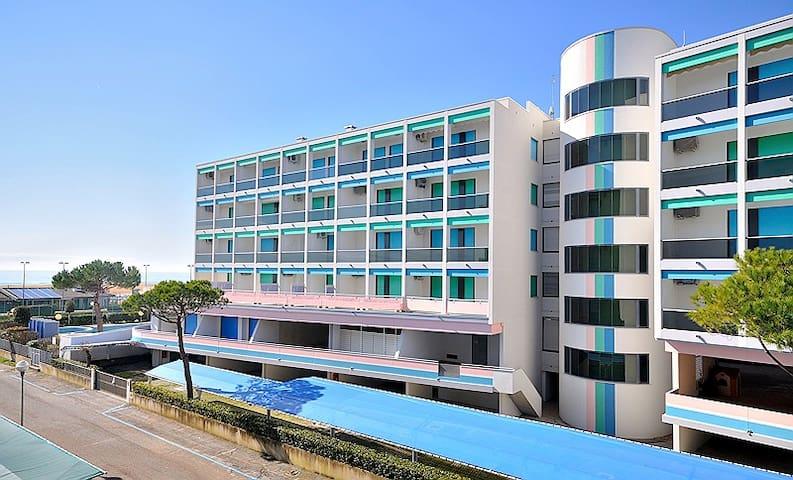 Residence Luxor a Bibione, frontemare, trilocale, 5 posti letto, piscina, clima, posto auto