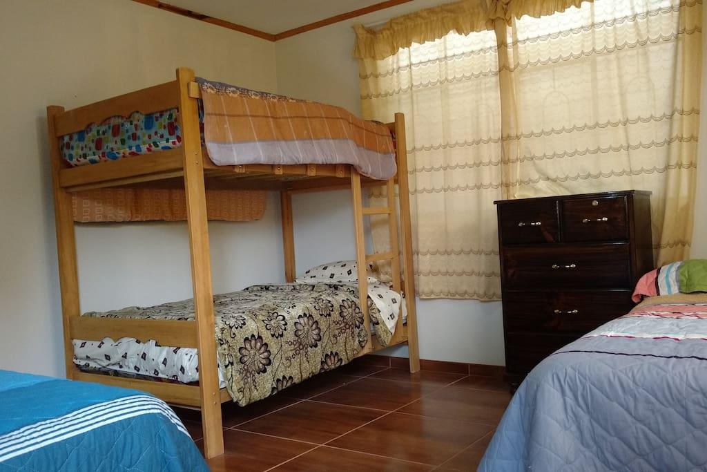 camas, colchones, sábanas y cubrecamas nuevos