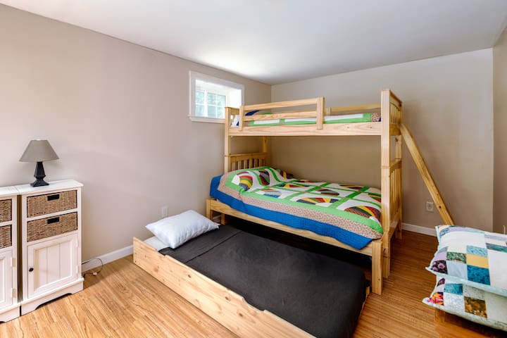 Basement guest room (bunk beds w/trundle bed). Full size bottom bunk, twin pull-out trundle and twin top bunk. Luggage rack and closet in the room. Pillows, linens and blankets (inc. down comforter) provided.