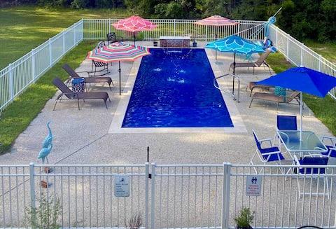 Cottage Retreat: Pool/Hot tub/Lot Amenities/Creek