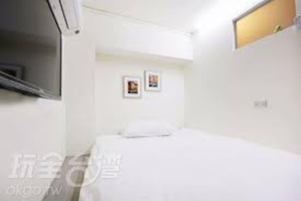 床墊大小180*130 背包客房, 空間較小,   適合背包客, 路跑者 不介意的旅客再行入住! 謝謝!