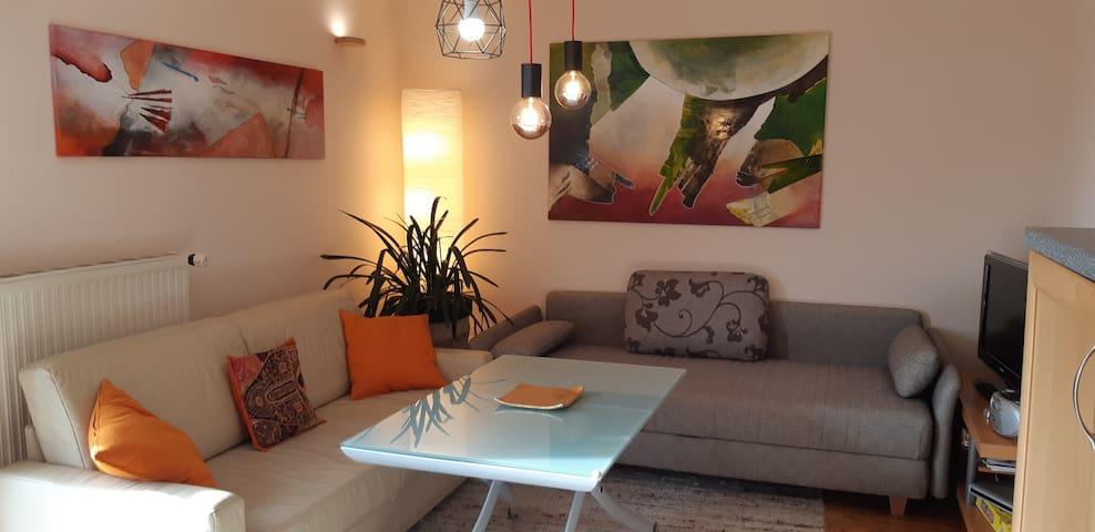 Wohnküche mit höhemverstellbaren Tisch, Stimmungslicht und den 2 Schlafcouchen