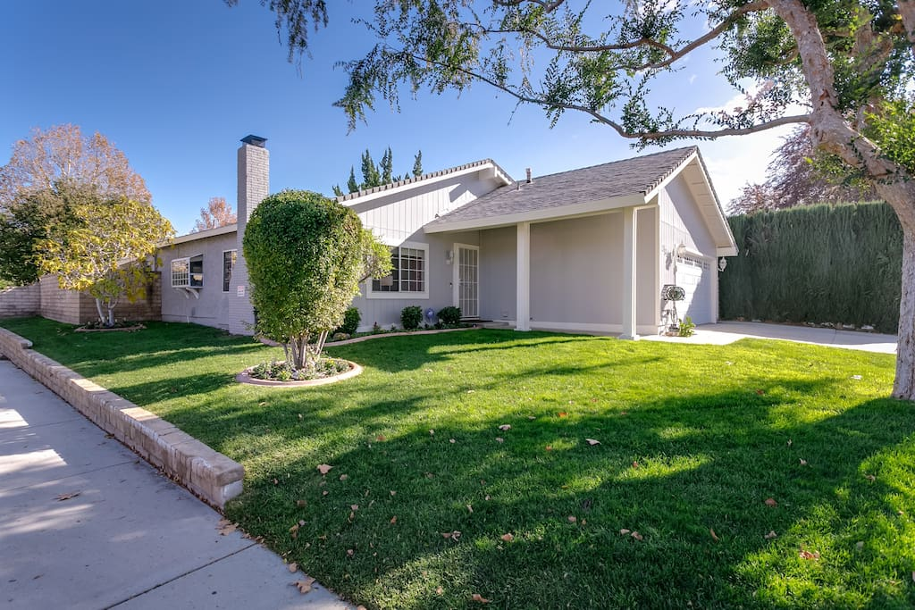 Centrally located! In walking distance to shops, parks, 5 Star Shopping Mall and transportation. 5 Minutes from Magic Mountain, College of the Canyons, Santa Clarita Performing Arts Center.