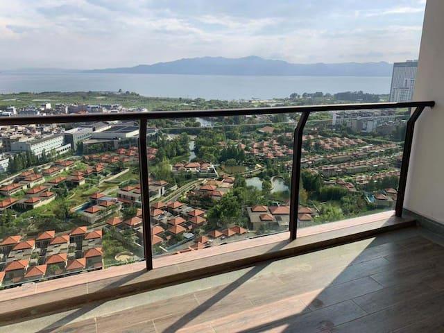 【秋风掠过的湖水】抚仙湖景,中国风温馨大床房。超大阳台,带浴缸。