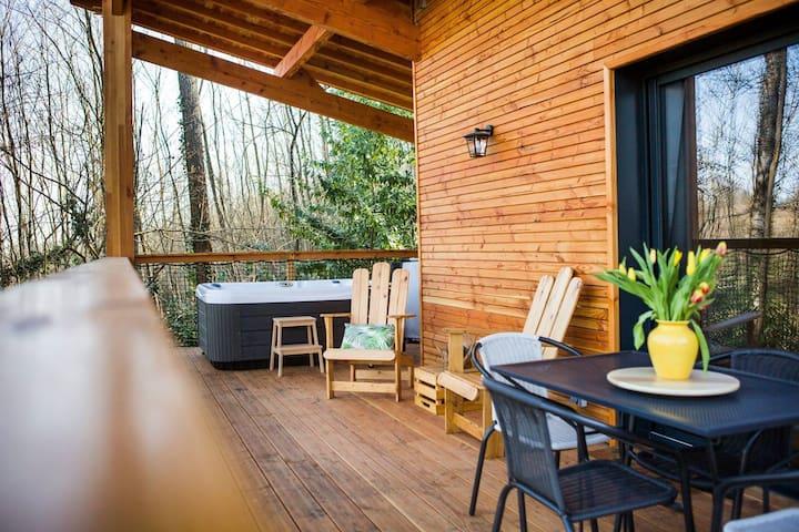 Cabane dans les bois avec spa privatif en Ariège