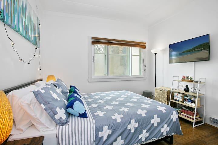 Main Bedroom - Queen bed - smart 40 inch TV, ceiling fan & AC.
