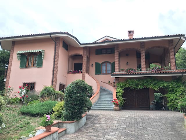 Villa few steps from Barolo