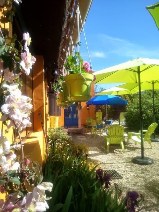 Vous pourrez profiter d'une  terrasse privée, fleurie...