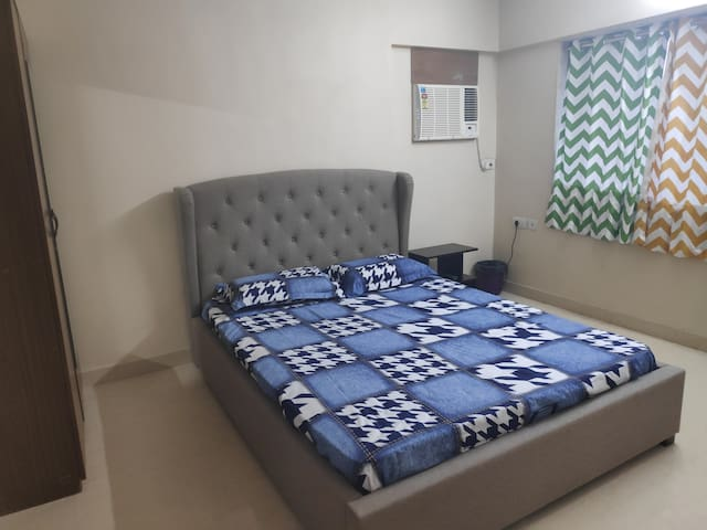 1 room in a spacious 3BHK (5mins to Worli seaface)