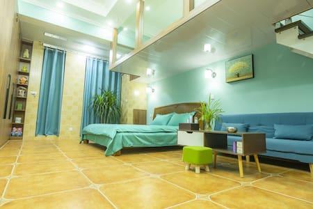 位于枣庄市最核心商圈三角花园中央广场的地中海风格的新房精装民宿