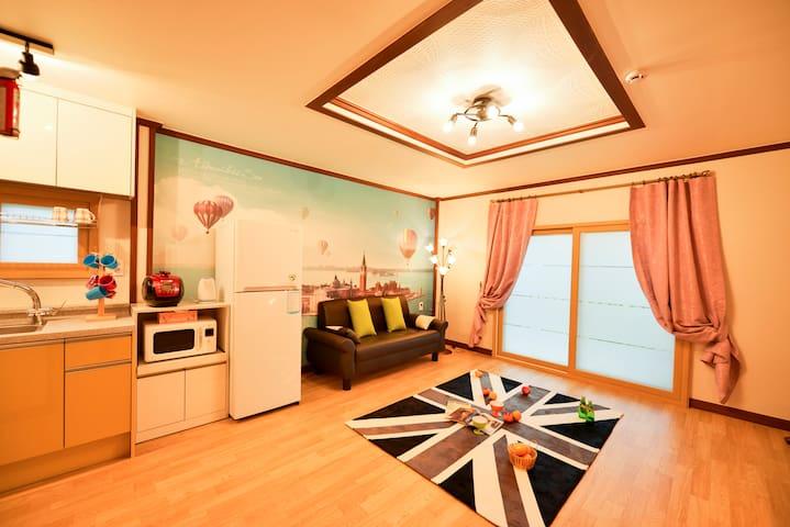 바베큐 테라스와 연결된 넓은 거실과 아늑한 침실이 있는 분리형 침대 객실