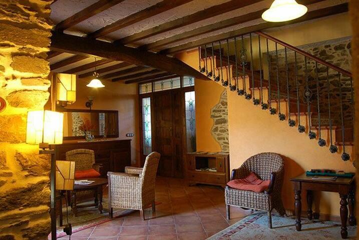 Habitación con chimenea y jacuzzi