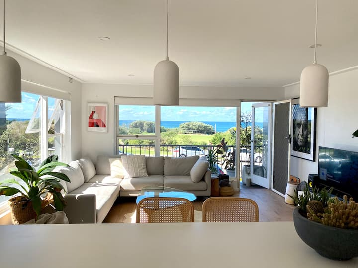 Fresh Apartment over looking beach in Narrabeen
