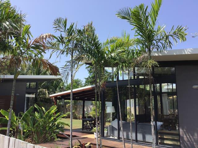 LEI LANIS.   Rainforest retreat on Mission Beach..