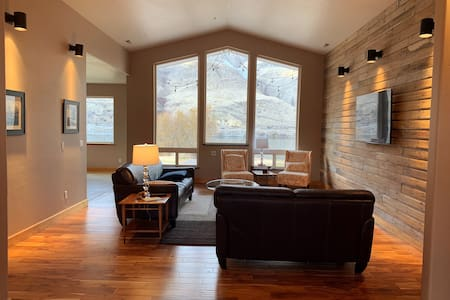 Riverfront home w/private beach, 10 min. to Chelan