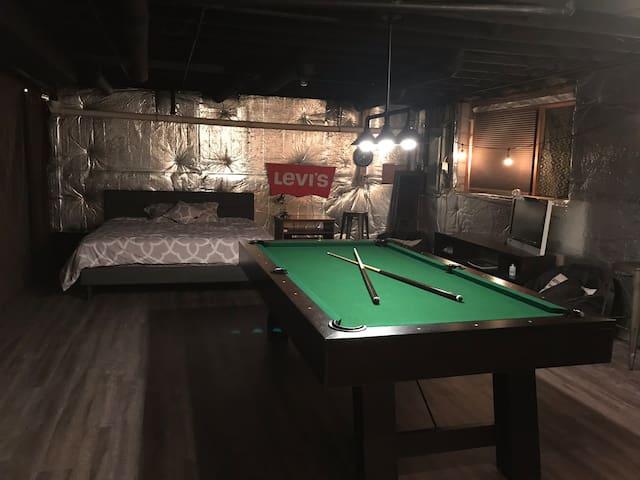 Travelers Spacious King Bed Game Room (Pool/Darts)