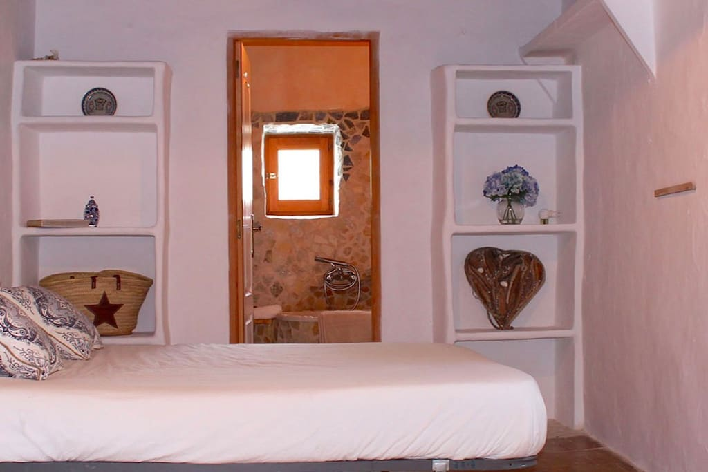 Beautiful room with all the original features, such as Sabima beams and moorish bathroom.