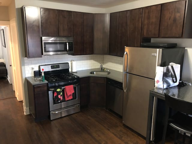 Trendy Wicker Park 2br! Hotel like amenities!