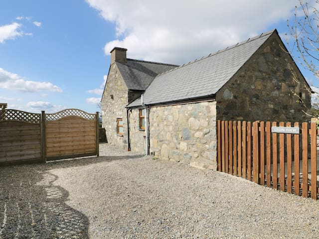 CEGIN FOCH, pet friendly, with hot tub in Chwilog, Ref 982193