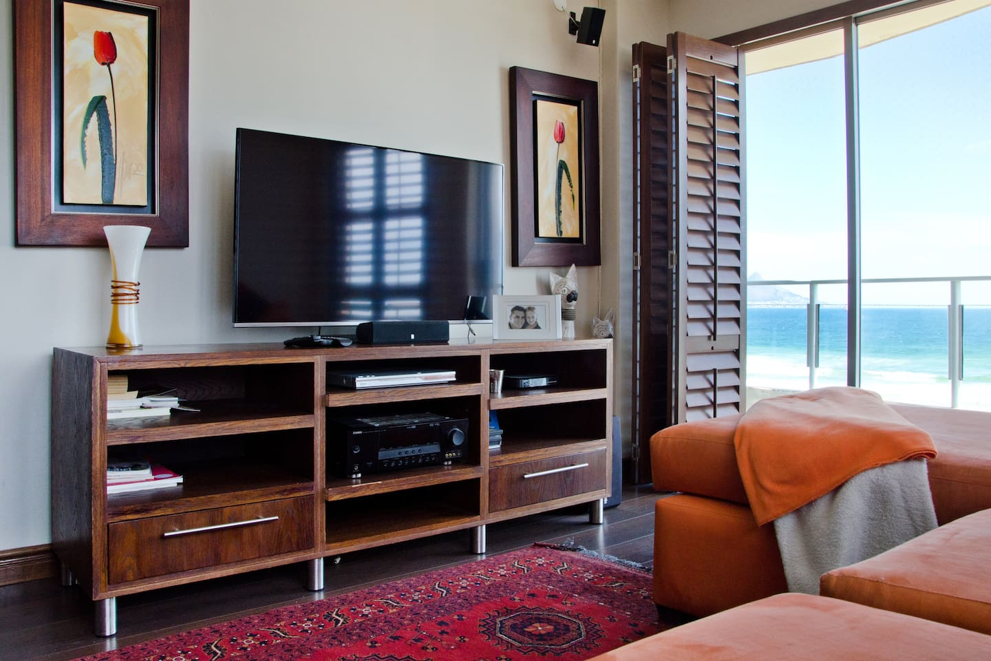 Balcony with amazing views of Table Mountain and the Beach! Full DSTV package and unlimited WIFI available for guests use.