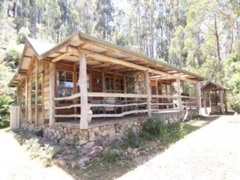 Briagolong high country log cabin large open fire houses for Log cabins victoria