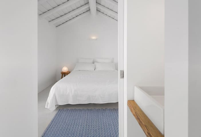 Double room, bathroom and air-conditioned - designed for privacy: friends, parents or housekeeper
