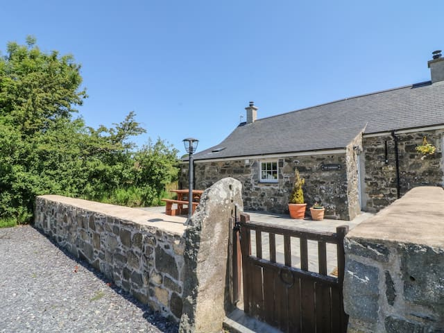 TIR EIRONWY, pet friendly, with open fire in Dinas, Ref 984546