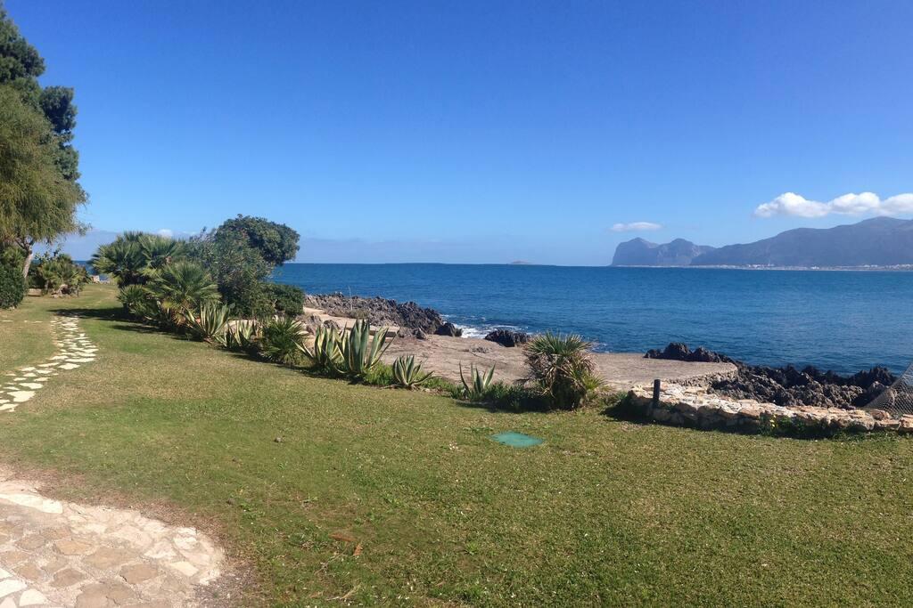 il giardino del residence e il mare sullo sfondo