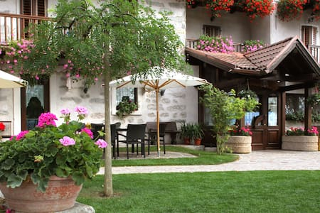 Room Ciclamino, Agritur Maso Marocc - Comano Terme - 住宿加早餐