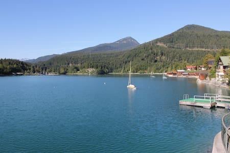 Ferienwohnung am Walchensee mit Garten am See