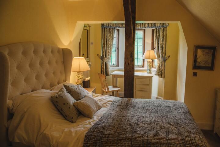 Bright bedroom / original 14th century features